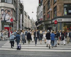 Copenhague [Kristen Bernikows Gade], 2004 (série Shopping Streets, 1998-2008), Bibliothèque de Genève – Jean-Marc Meunier, inv. meun 04 25 01 p 001